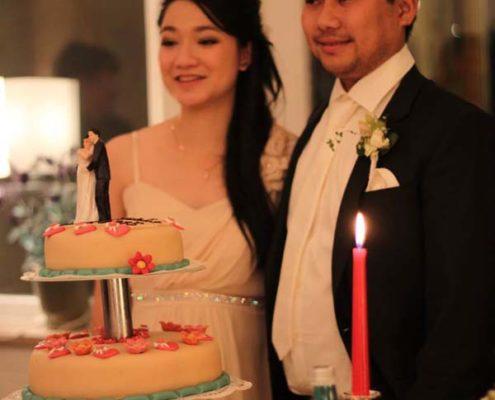 Brautpaar mit Hochzeitstorte